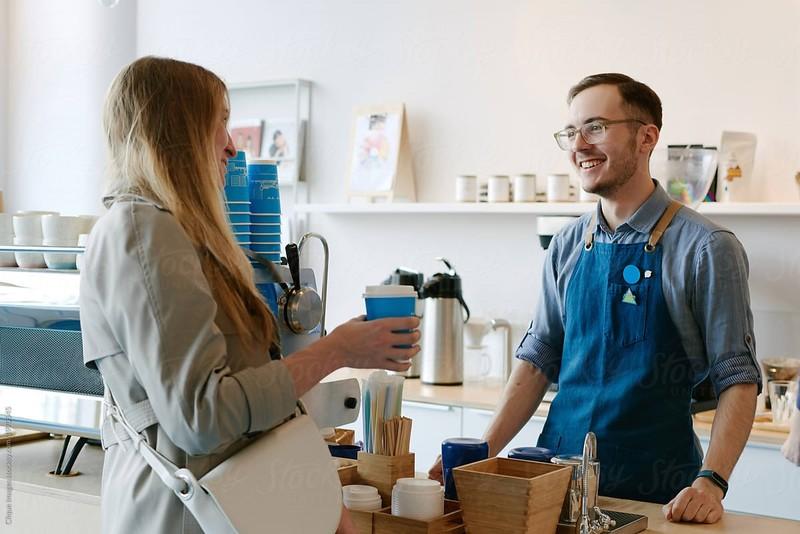 Giao tiếp thường xuyên với khách hàng giúp tạo mối quan hệ thân thiết