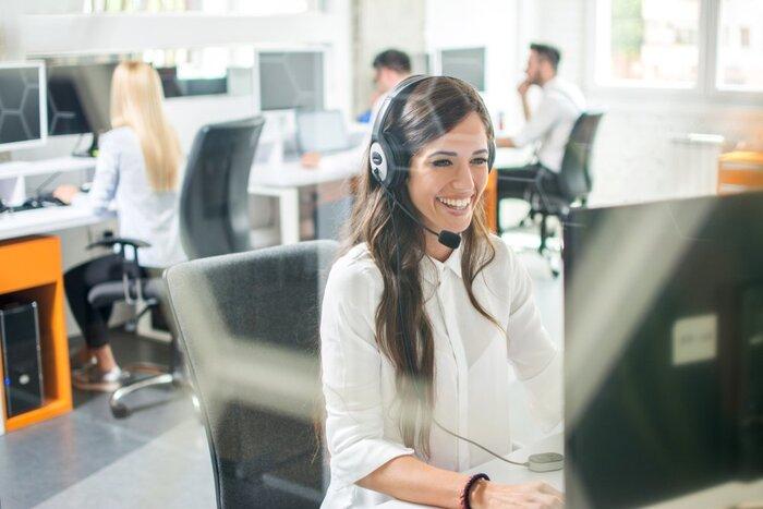 Nhân viên chăm sóc khách hàng cần phản hồi các thắc mắc của người dùng trực tuyến nhanh chóng nhất có thể