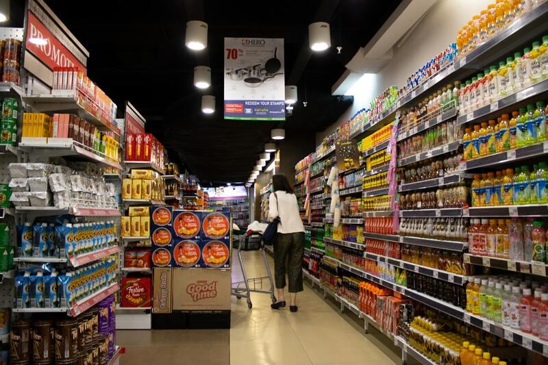 Biển hiệu bên trong cửa hàng giúp người mua dễ dàng tìm kiếm sản phẩm