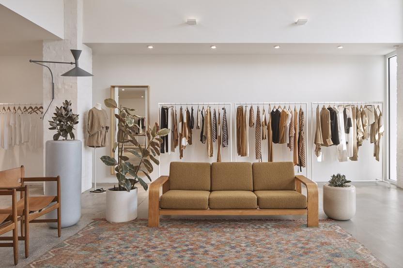Các cửa hàng bán lẻ vẫn tồn tại và nhiều thương hiệu đầu tư mở rộng quy mô
